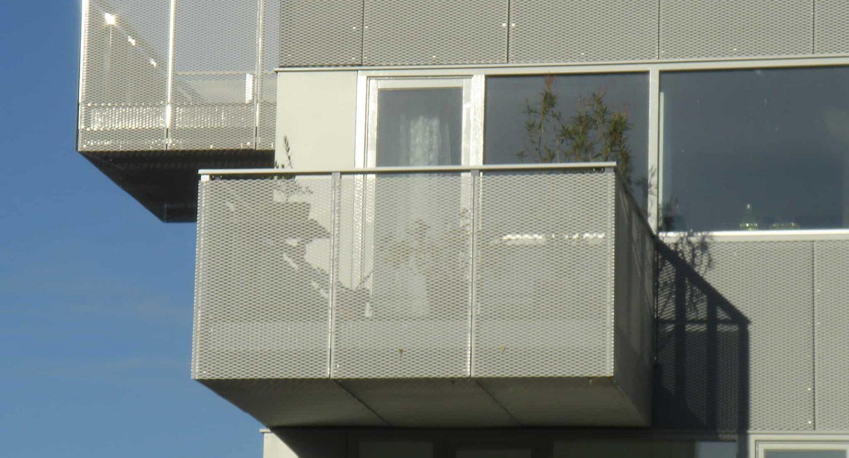 Detail van het balkon voorzien van MD Strekmetaal panelen als valbeveiliging bij Boogie Woogie in Amersfoort