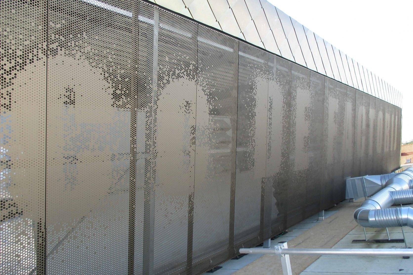 Cultuurcentrum Factorij in Zaventem te België voorzien van geperforeerde gevelplaten