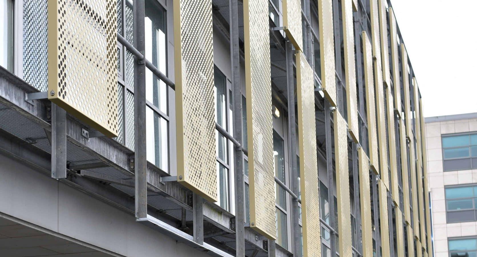 Detail van de gevelbekleding met schuifbare panelen van het kantoorgebouw Capellalaan in Hoofddorp