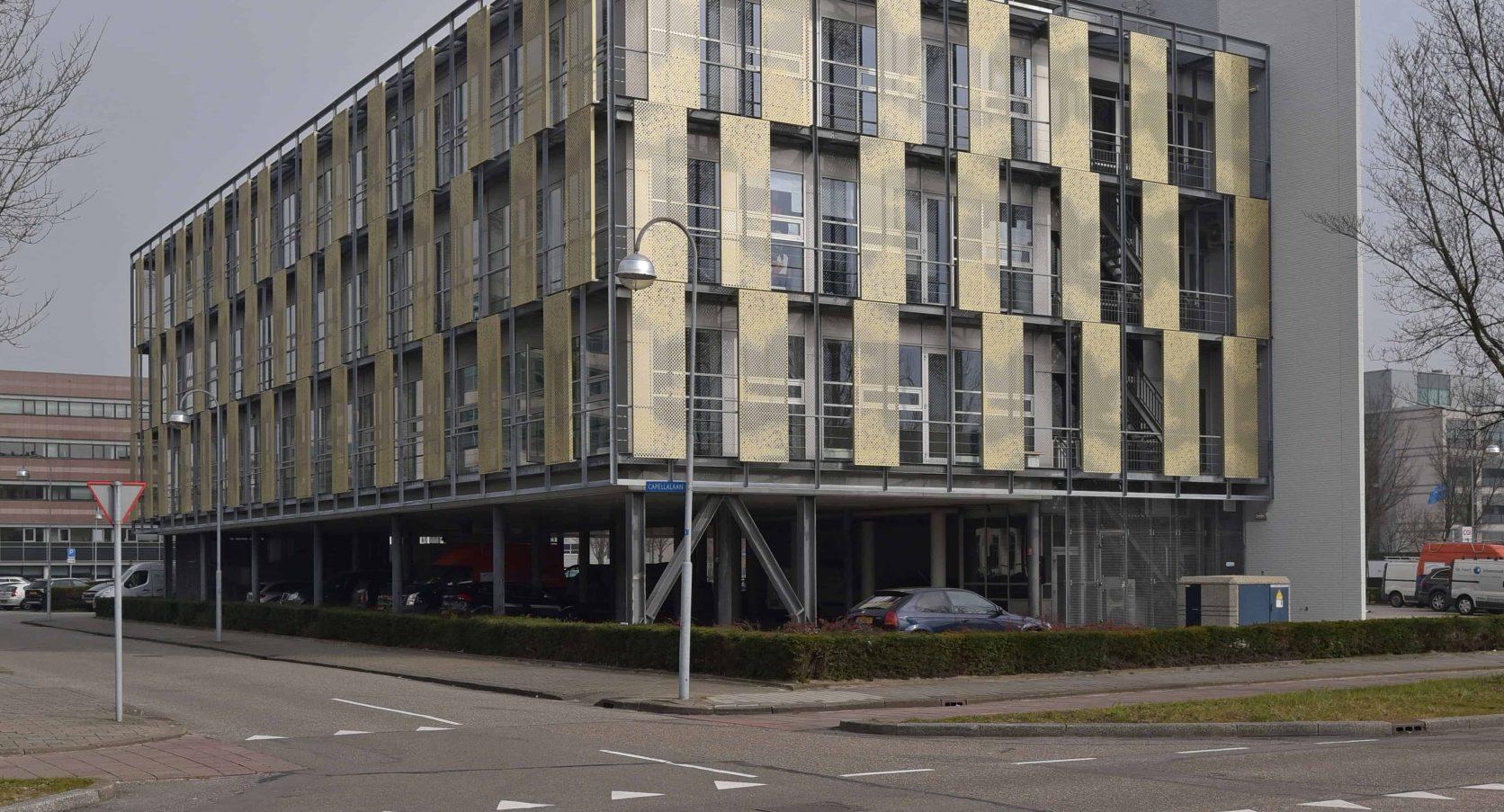 MD Designperforatie gevelbekleding met schuifbare panelen bij Kantoorgebouw Capellalaan in Hoofddorp