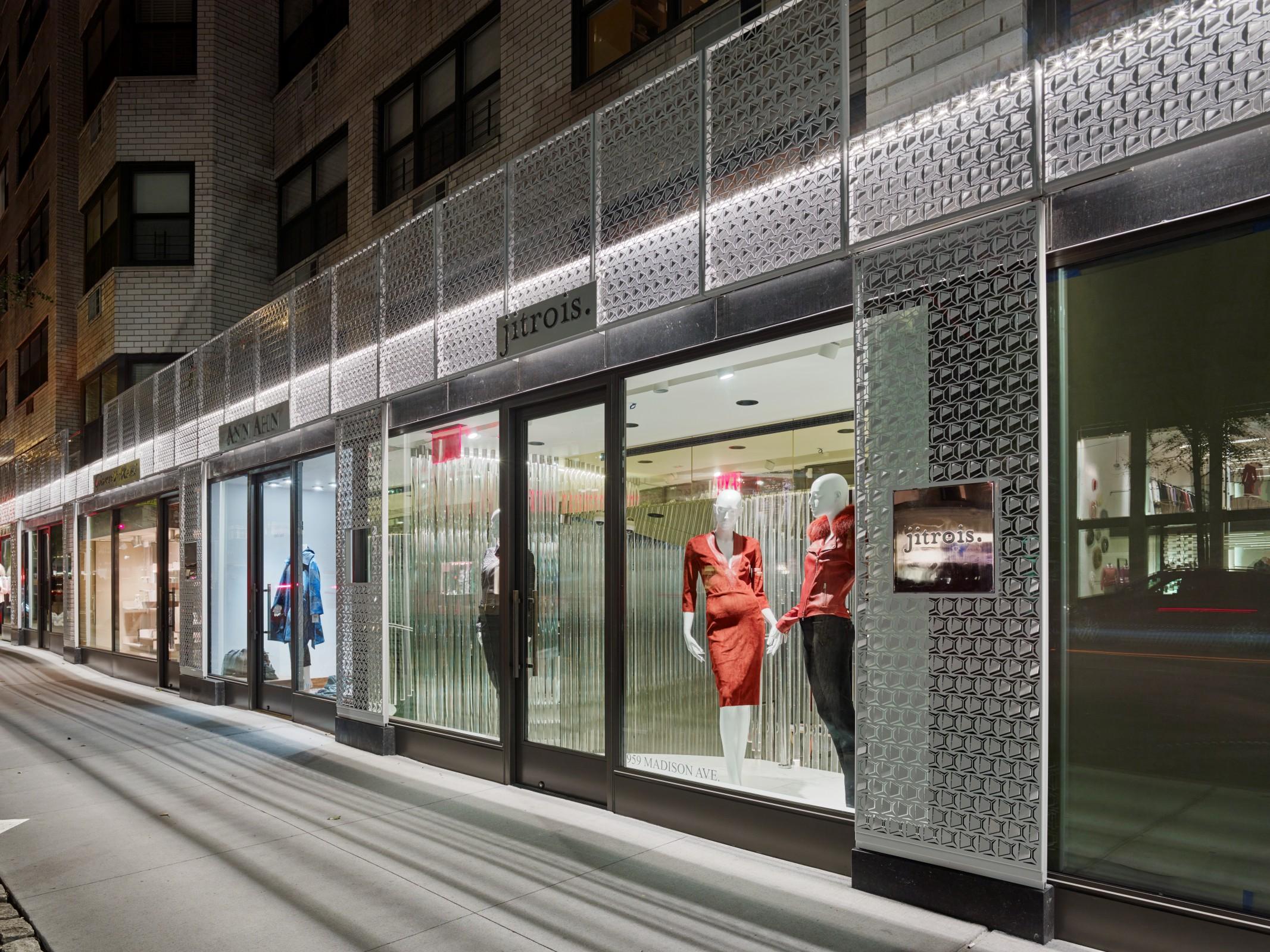 De gevel van schoenenmerk Christian Louboutin in Manhattan New York heeft een gevelbekleding met uniek patroon van open en variabele vlakjes