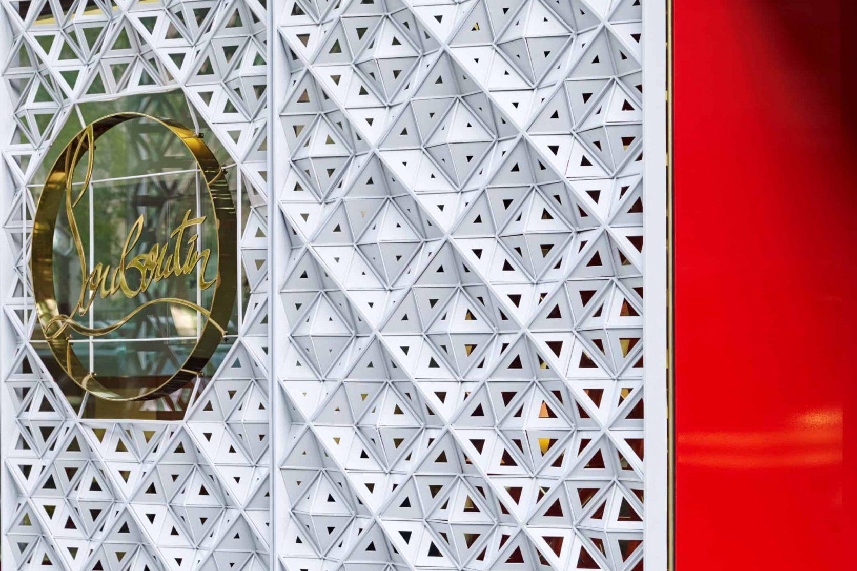 Details van het ontwerp van de rvs panelen voor het winkelpand van schoenenmerk Christian Louboutin in Manhattan New York