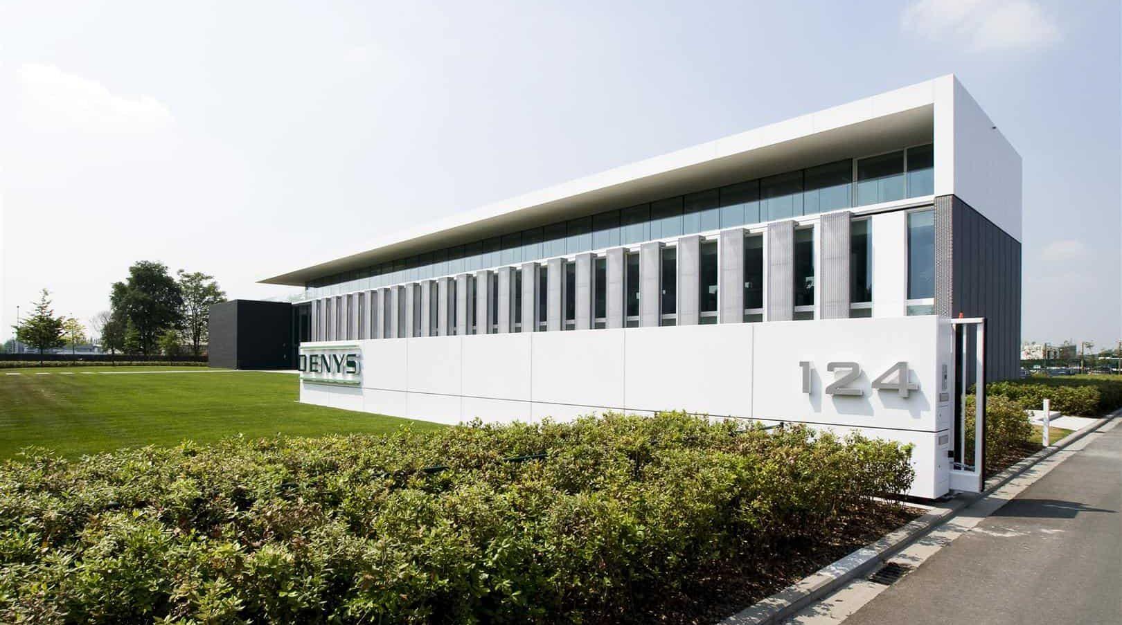 Vooraanzicht van het Kantoorgebouw Denys te Wondelgem in België dat voorzien is van MD Strekmetaal gevelpanelen