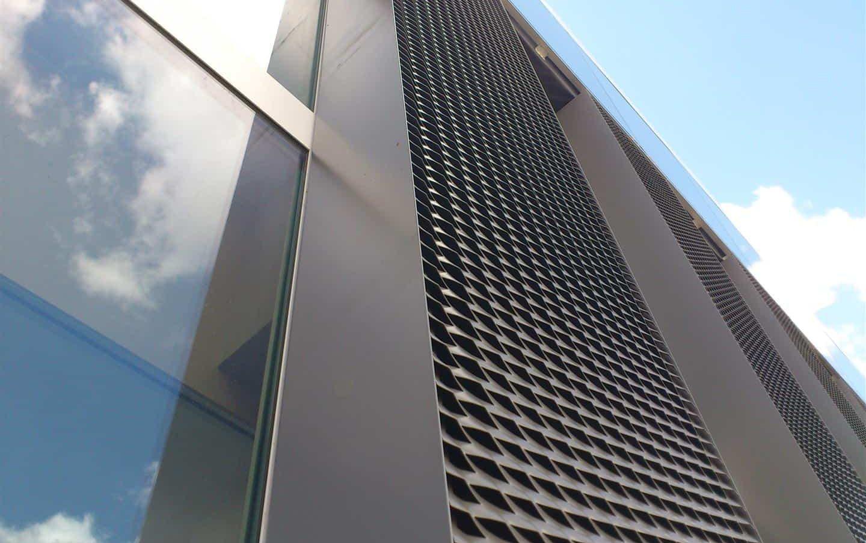 Close-up van de strekmetalen gevelpaneel van het Kantoorgebouw Denys te Wondelgem in België