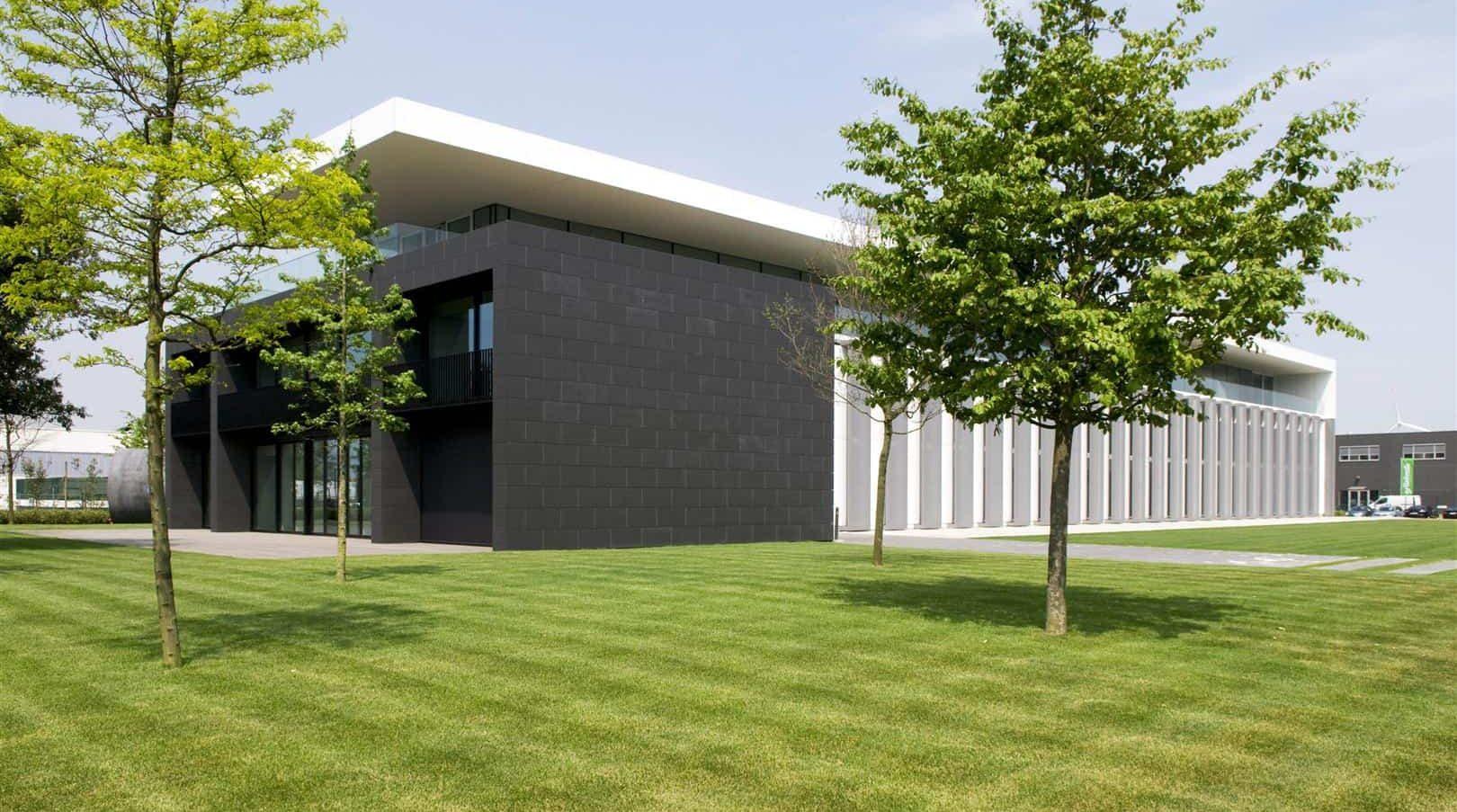 Zijaanzicht van het Kantoorgebouw Denys te Wondelgem in België uitegerust met MD Strekmetaal gevelbekleding