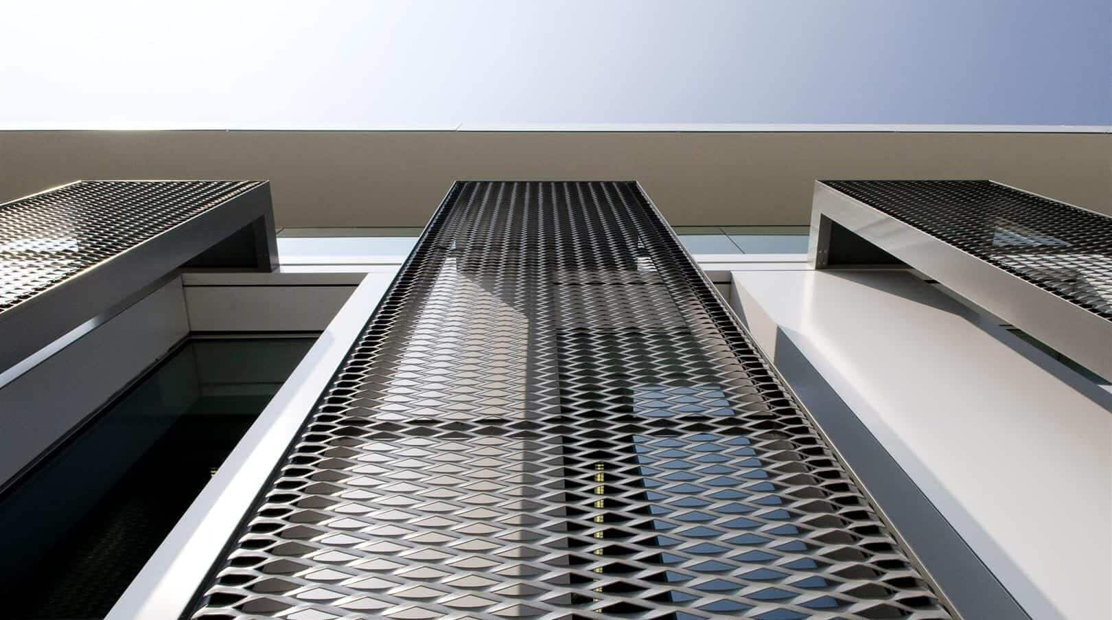 Close-up van de MD strekmetaal gevelpaneel van het Kantoorgebouw Denys in Wondelgem te België