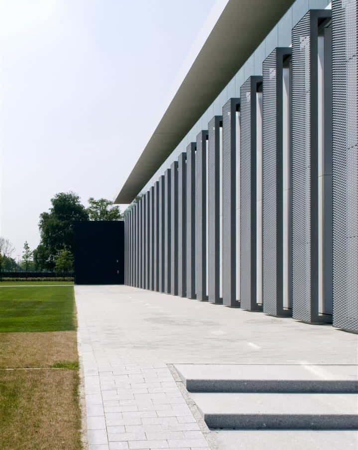Close-up van de MD strekmetaal gevel van het Kantoorgebouw Denys te Wondelgem in België