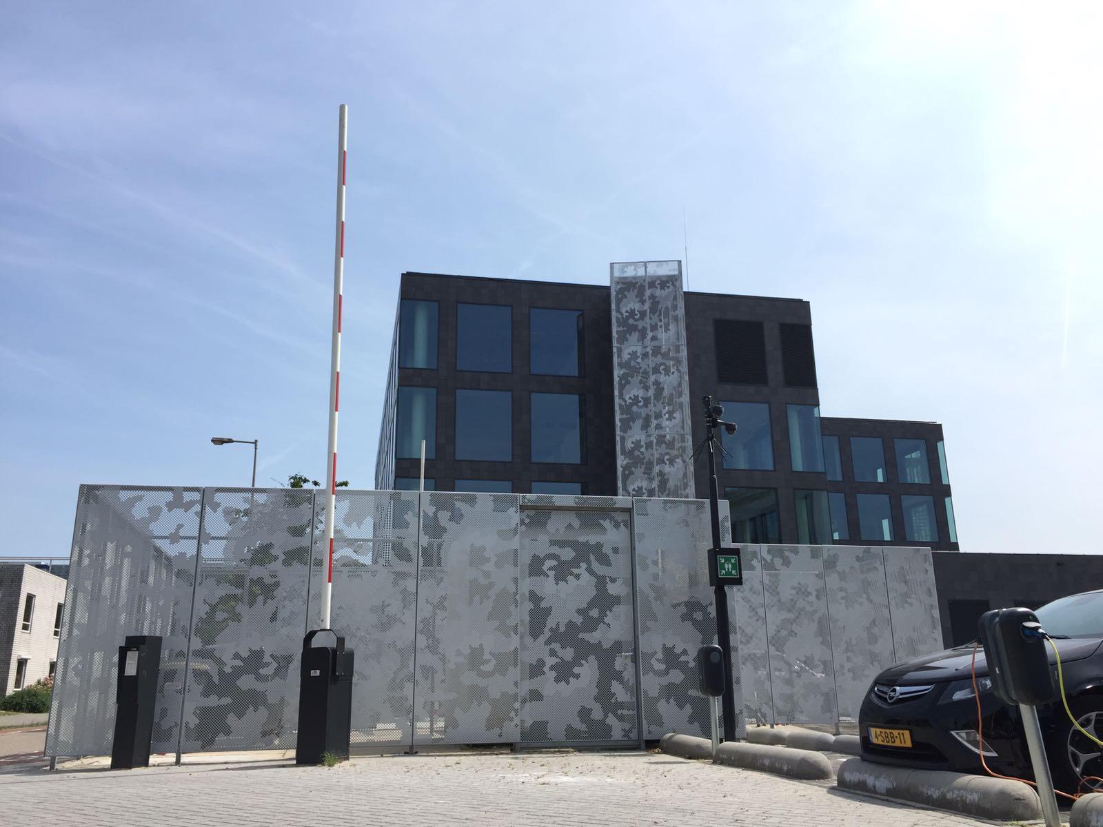 Vooraanzicht van de gevelbekleding met MD Designperforatie van het pand aan de Paasheuvelweg in Amsterdam