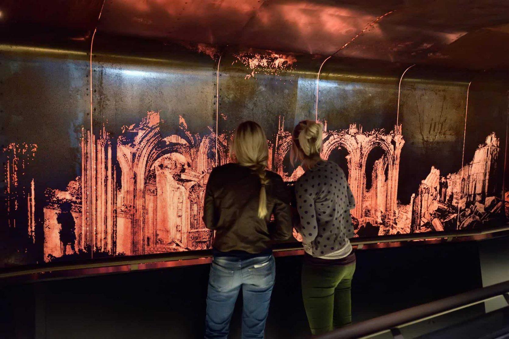 Overzichtsfoto van de wandbekleding van cortenstaal met patroon bij de Domunder in Utrecht