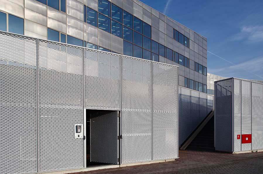 Het Facet in Utrecht voorzien van strekmetalen gevelbekleding