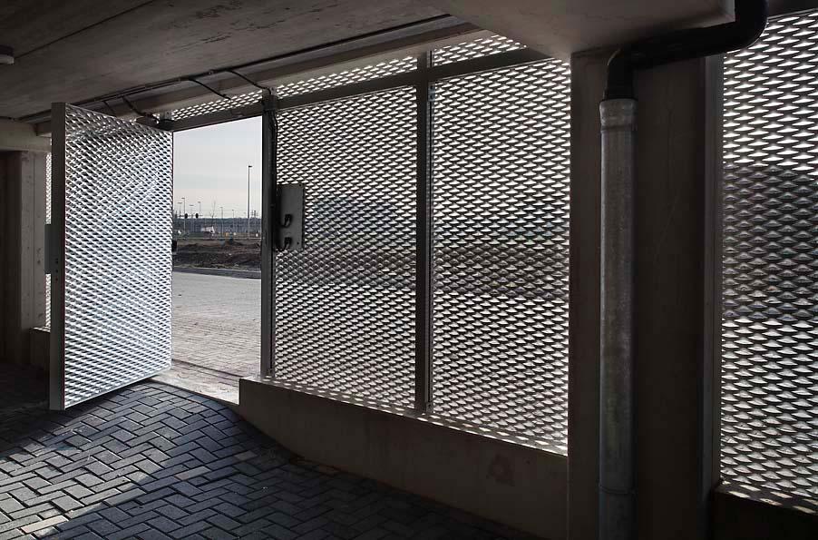 Doorkijk van de MD Strekmetaal gevelbekleding van Het Facet in Utrecht