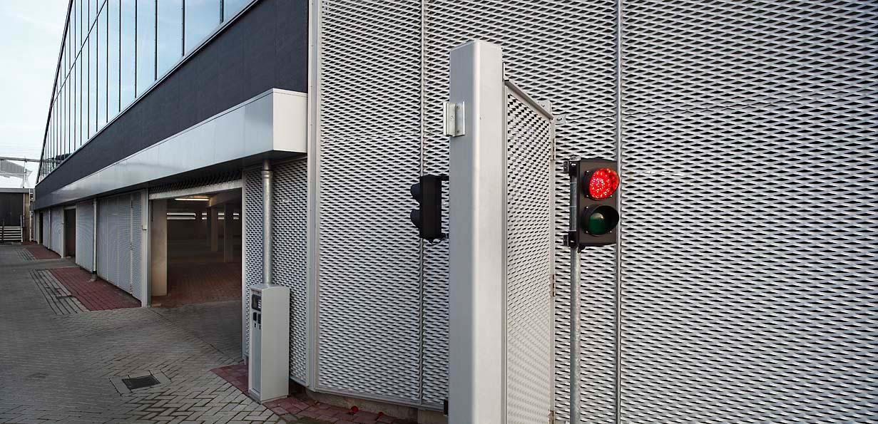 Zijkant van de MD Strekmetaal gevelbekleding van Het Facet in Utrecht