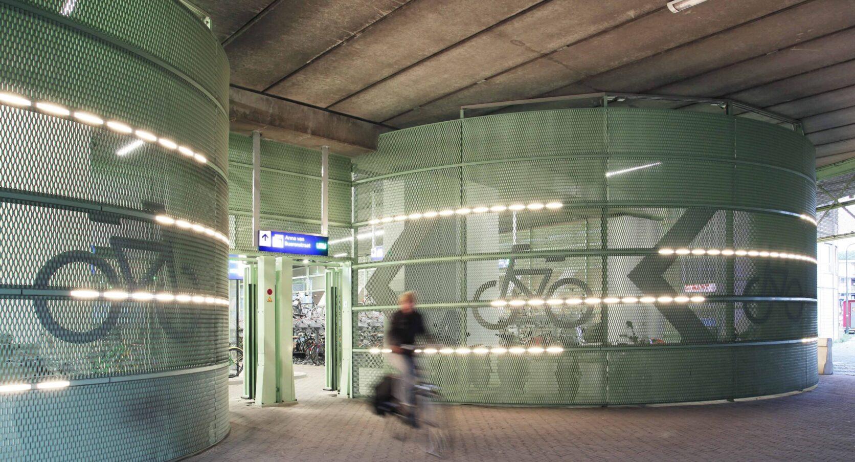 Groen gekleurde gevelbekleding van MD Strekmetaal in de Fietsenstalling op het Station in Den Haag