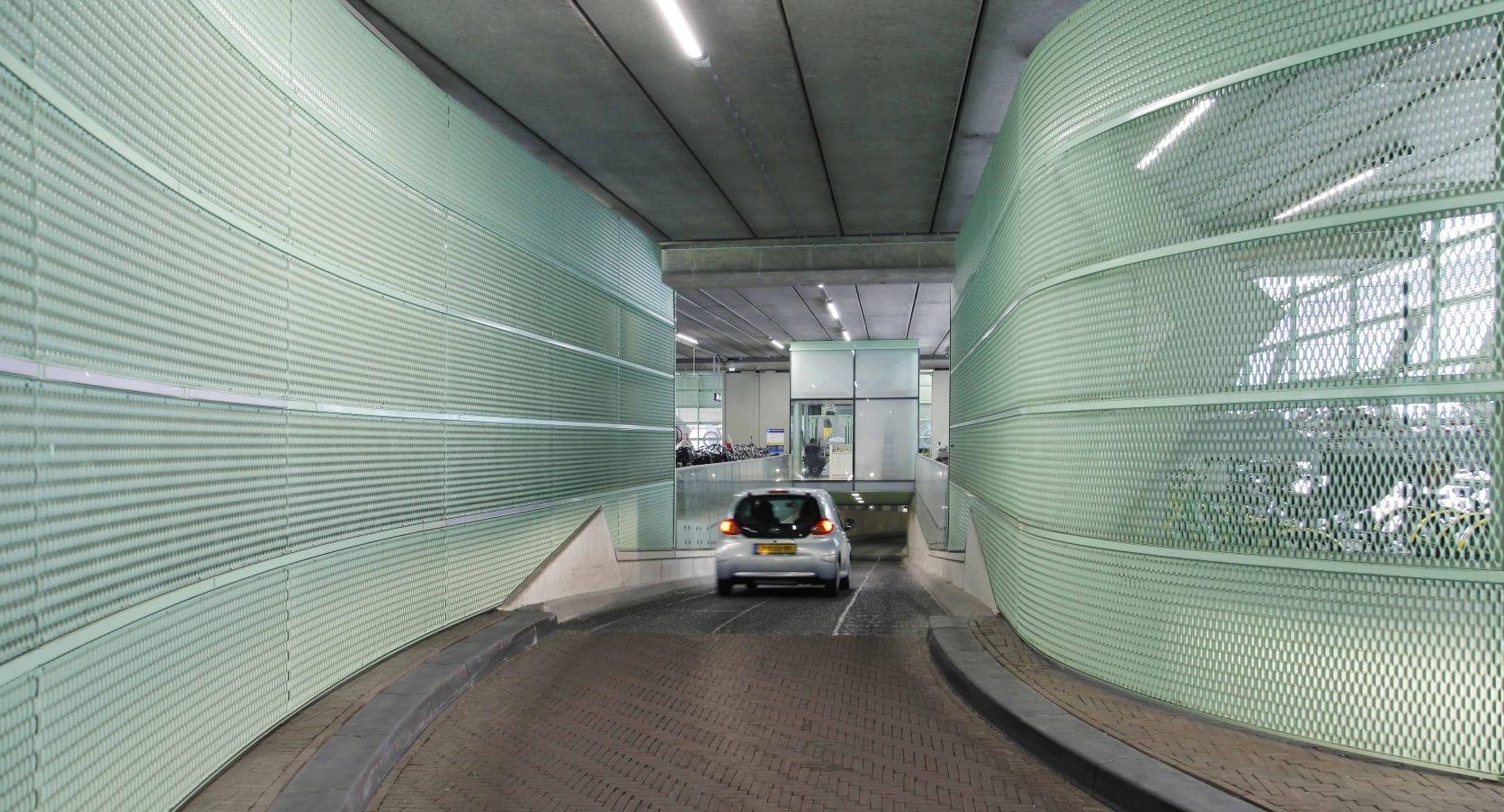 Fietsenstalling Station in Den Haag uitegerust met strekmetalen gevels