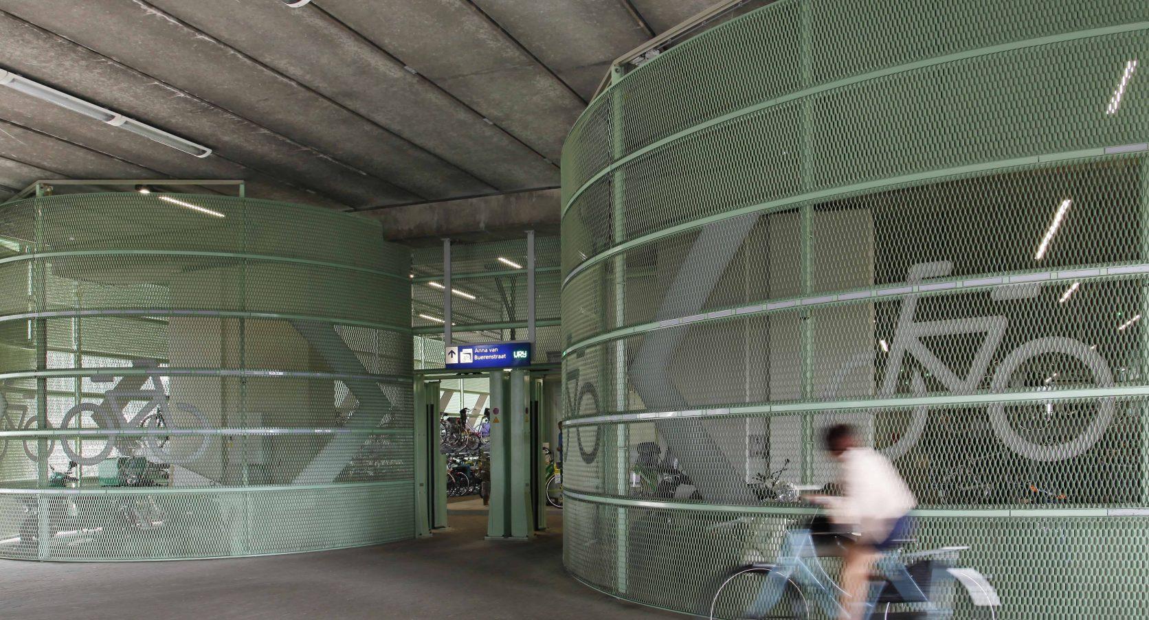 Groen gekleurde strekmetalen gevels in de fietsenstalling op het Station in Den Haag