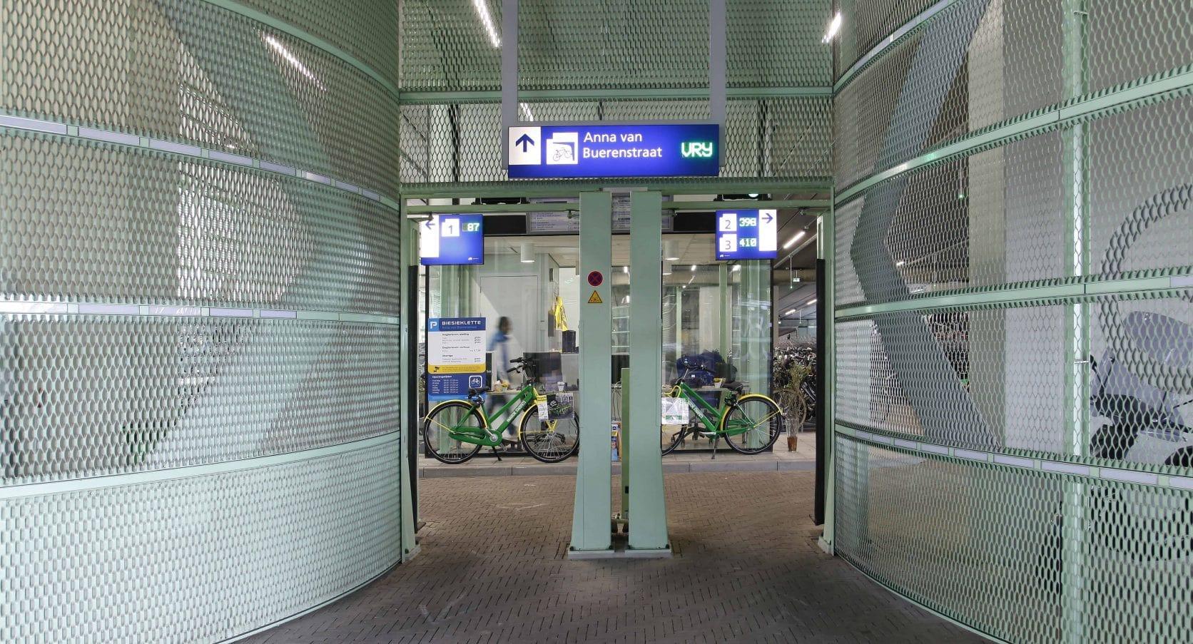 Fietsenstalling Station in Den Haag bekleed met groen gekleurde strekmetalen gevels
