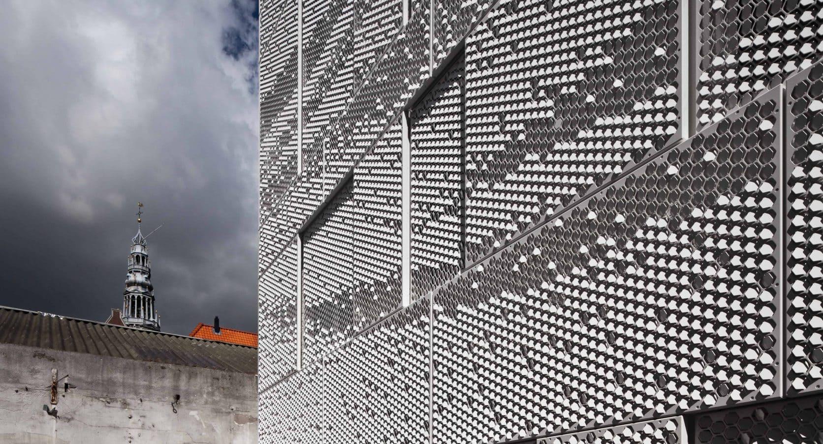 Detail van de MD Formatura gevel bij de atelierwoning Tussen de Lakens in Amsterdam