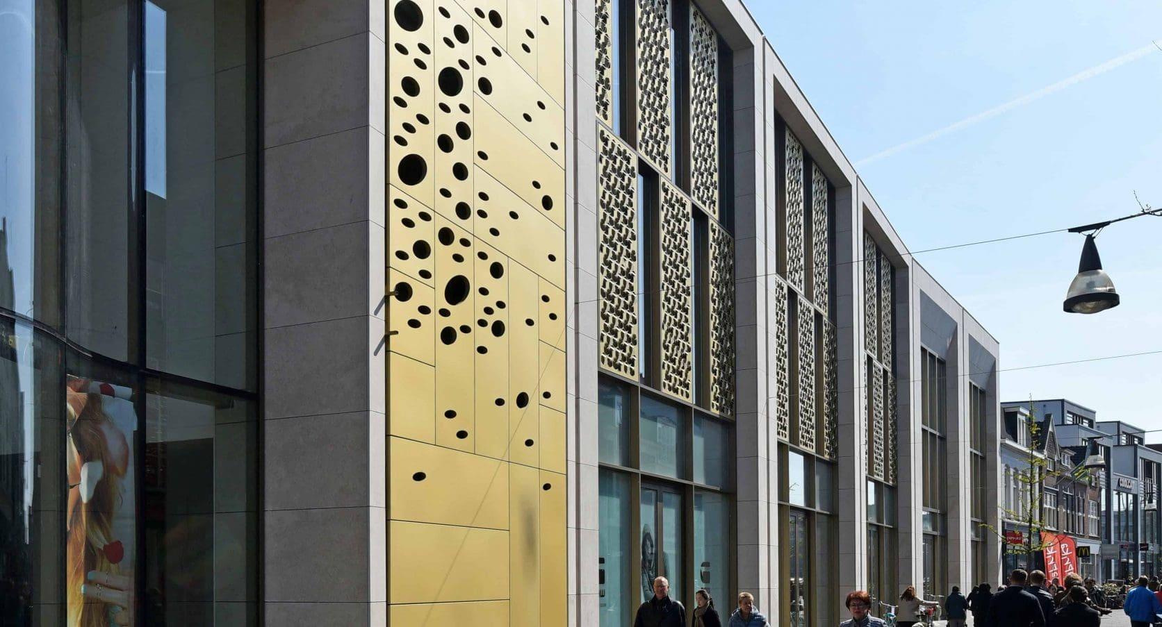 Winkelcomplex Kalanderstraat Enschede voorzien van panelen met MD Formature en Designperforatie