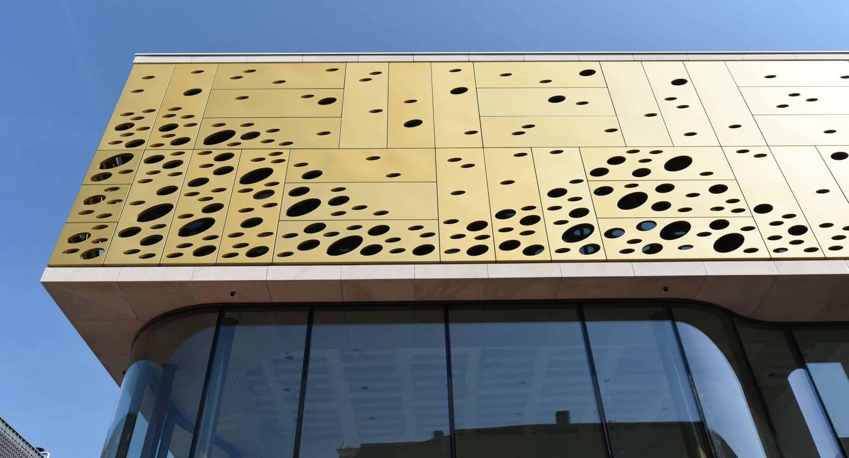 Vooraanzicht Winkelcomplex Kalanderstraat in Enschede voorzien van MD Formatura en Designperforatie