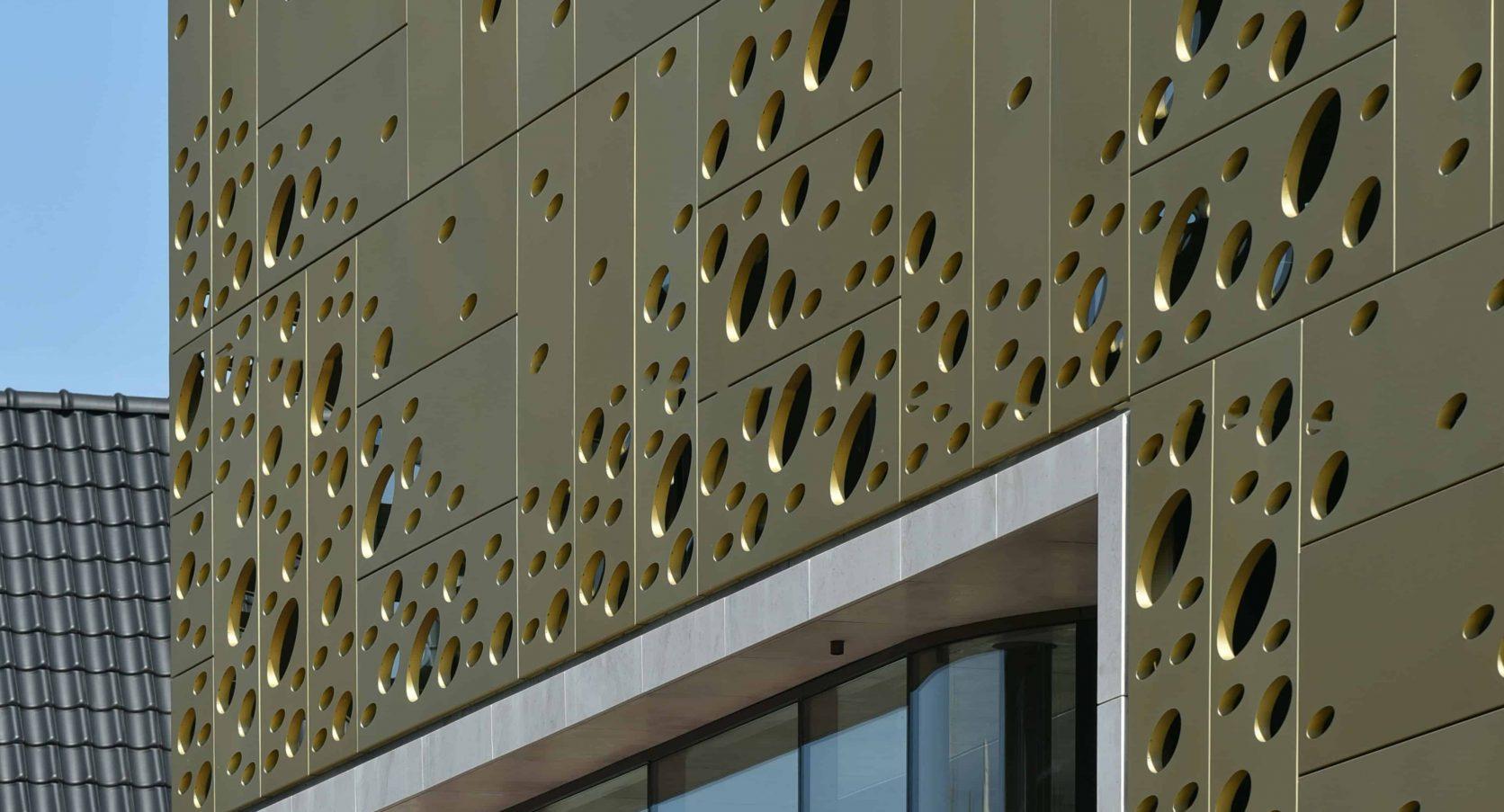 Detail van de Panelen van MD Formatura en Designperforatie voor Winkelcomplex Kalanderstraat in Enschede