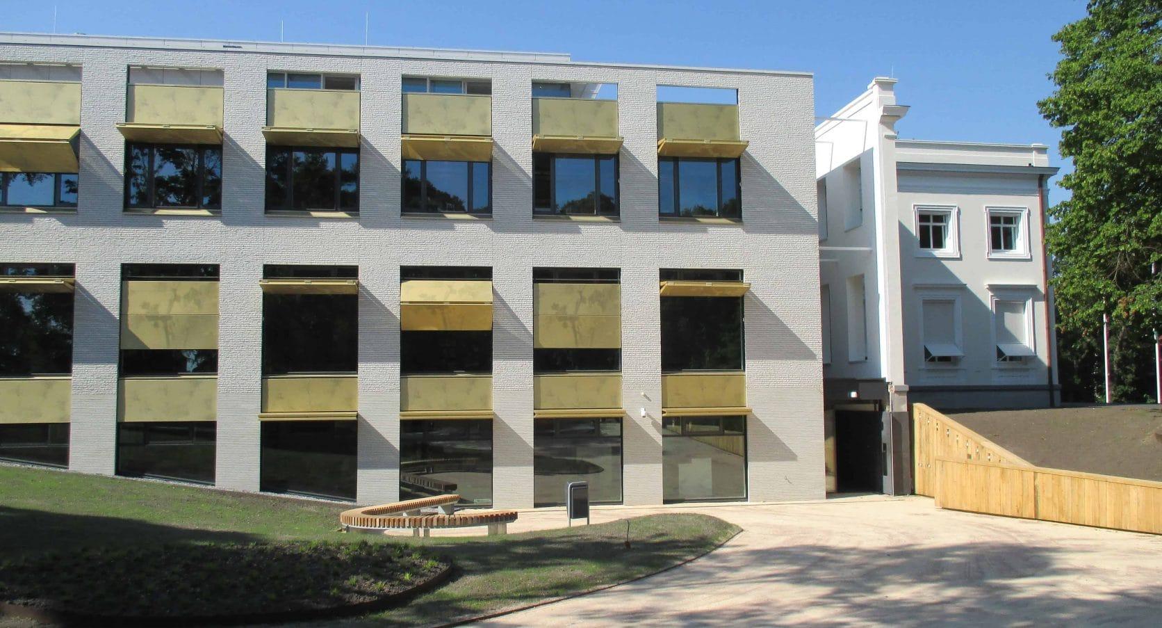 Voorkant van het Gemeentehuis in Bloemendaal voorzien van MD Designperforatie zonweringsluiken