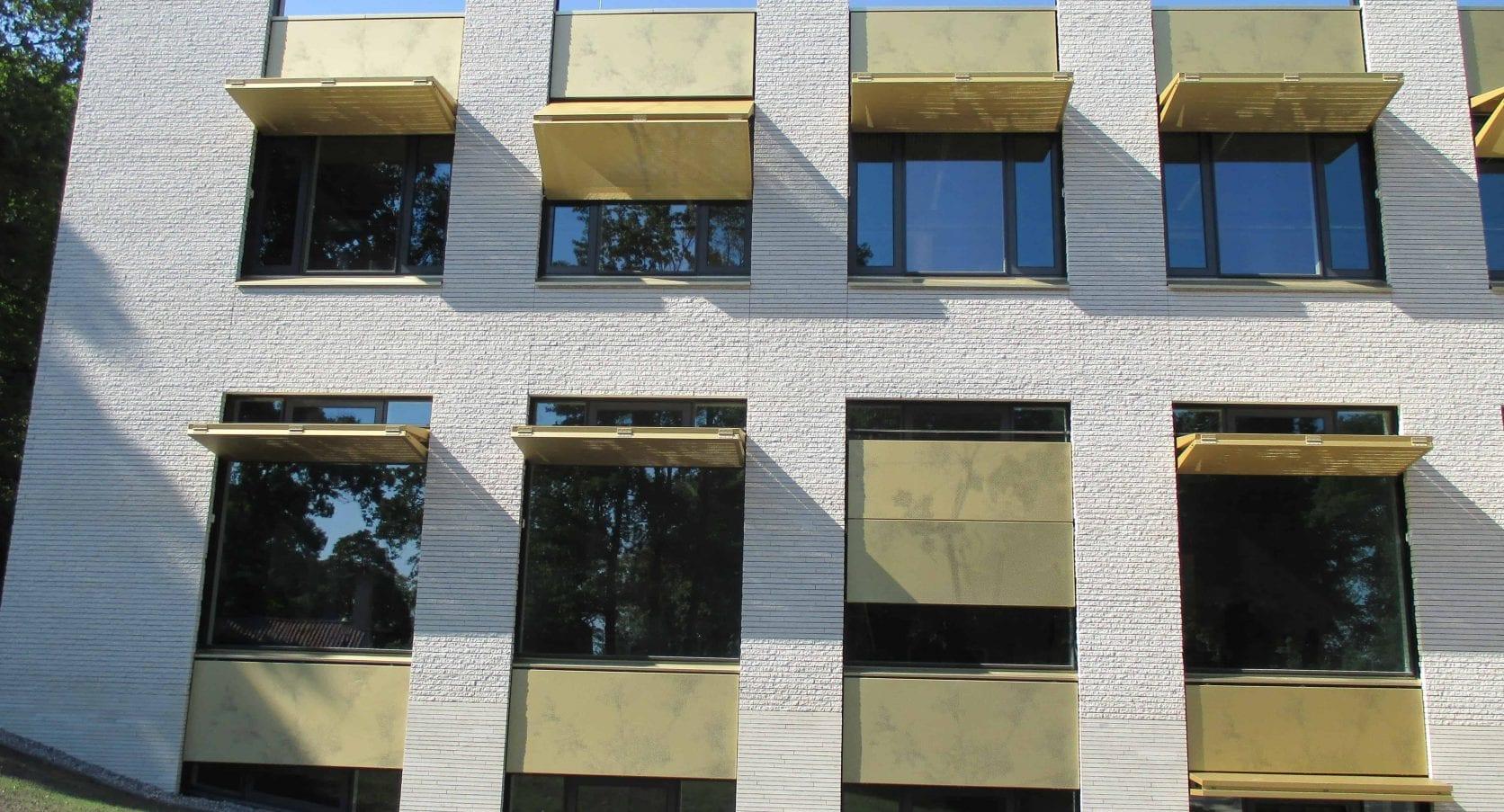 Zonwerende luiken van MD Designperformatie van het Gemeentehuis in Bloemendaal