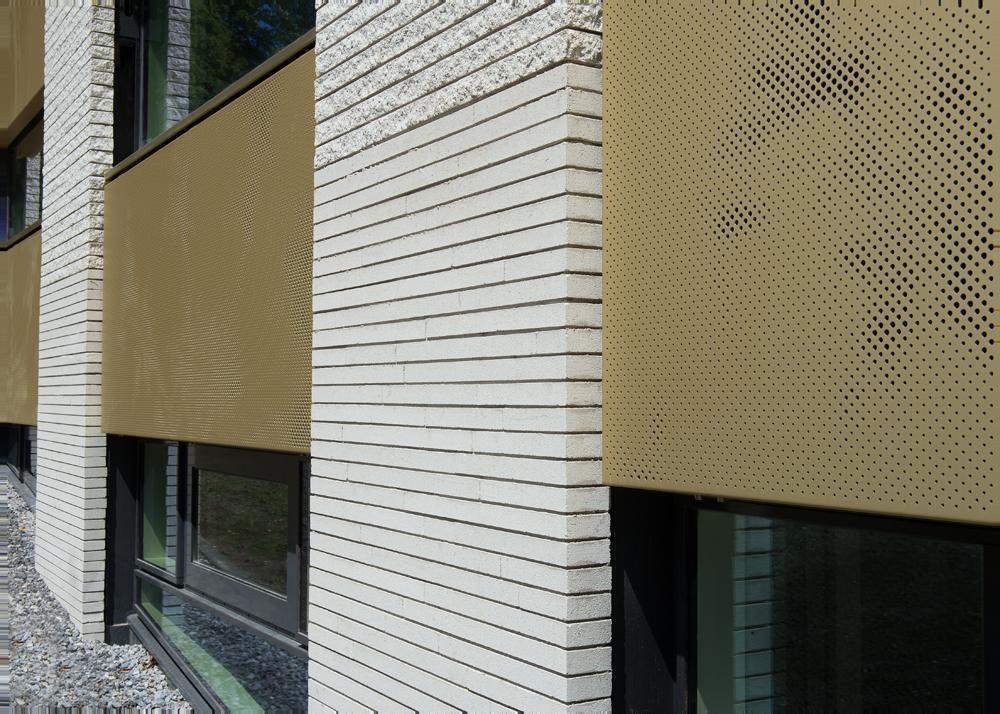 Details van de automatische en zonwerende luiken van geperforeerd staal van het Gemeentehuis in Bloemendaal