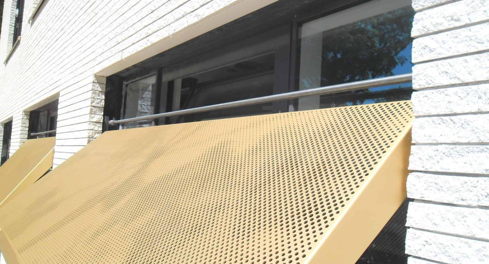 Detail van de MD Designperforatie zonwerende luiken bij Gemeentehuis in Bloemendaal