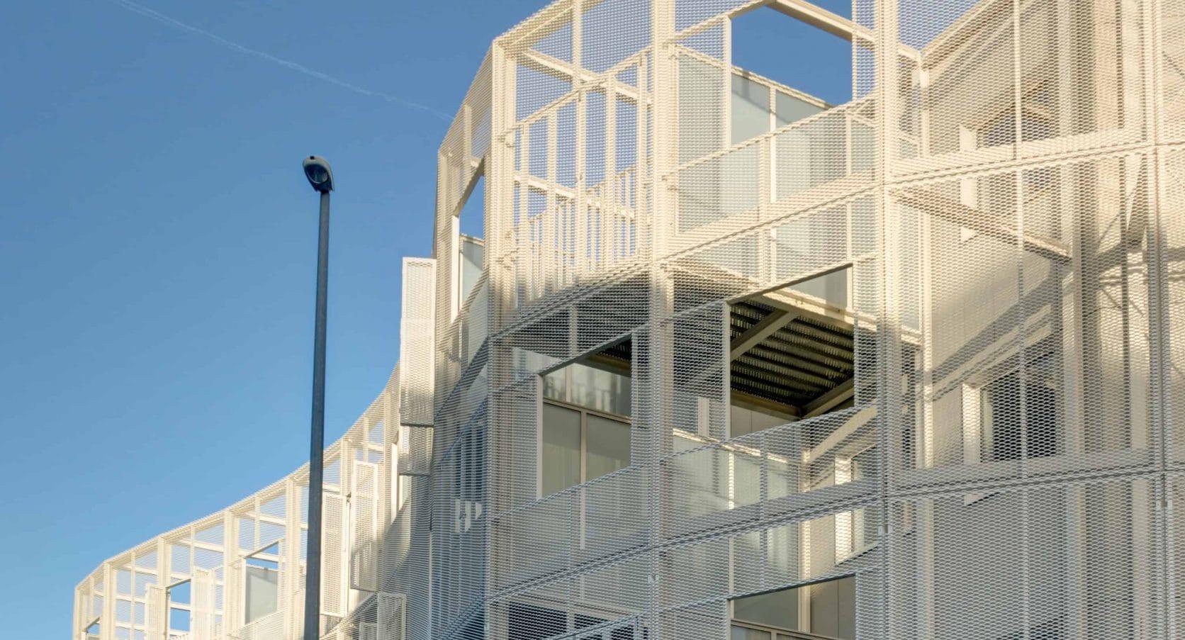 Close-up van de strekmetalen gevelbekleding van woningbouwproject Gutenberg in Kortrijk België