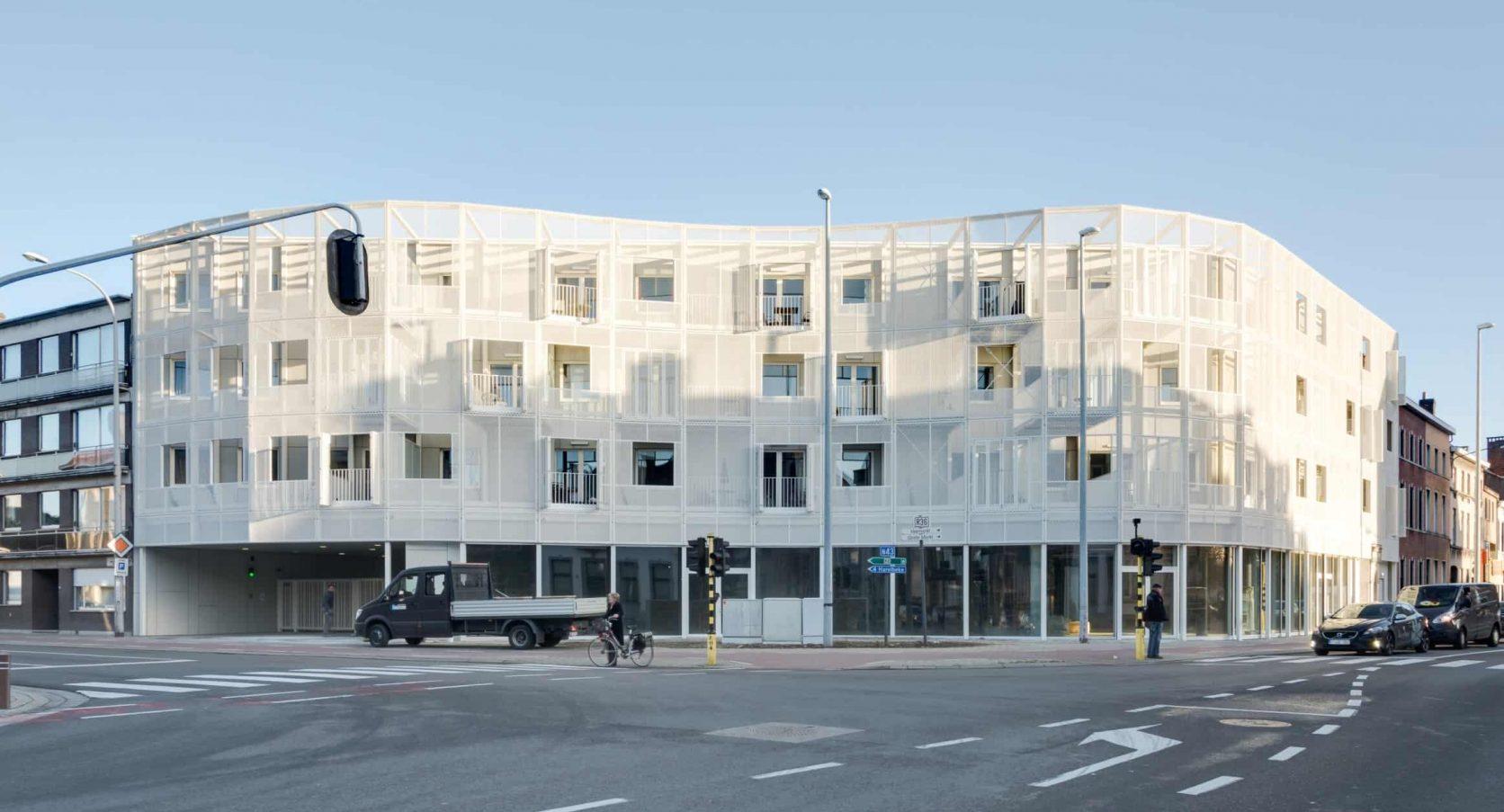 Vooraanzicht van het woningbouwproject Gutenberg in Kortrijk België, uitgerust met MD Strekmetaal gevelbekleding