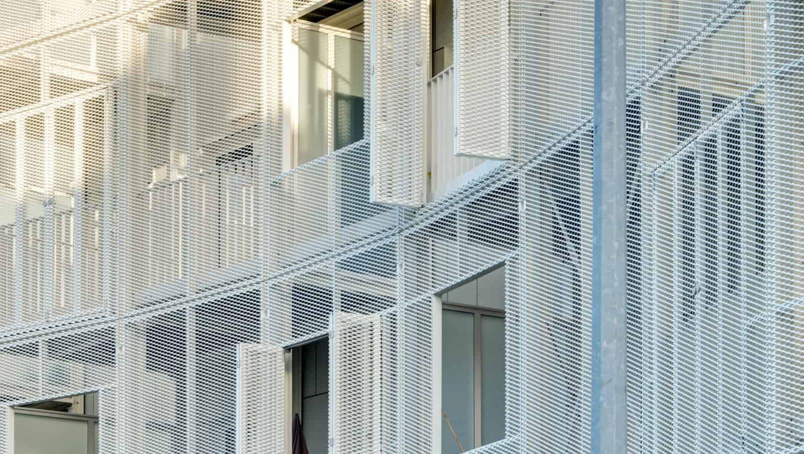 Luiken van strekmetaal als onderdeel van de gevelbekleding bij het woningbouwproject Gutenberg in Kortrijk België