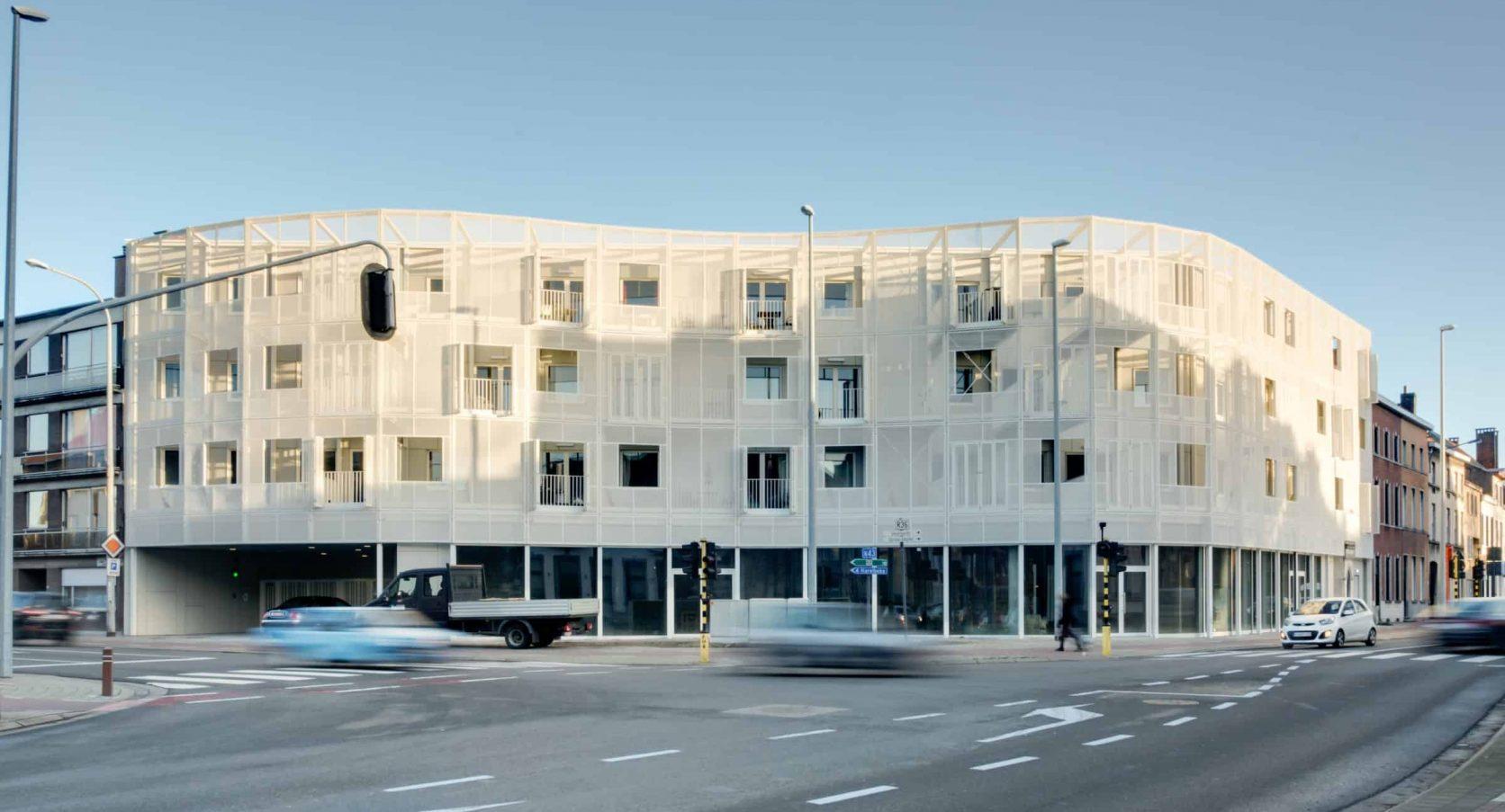 Voorkant van het woningbouwproject Gutenberg in Kortrijk België, voorzien van een gevel met MD Strekmetaal