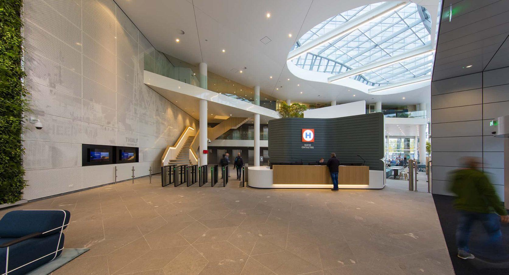 Heerema in Leiden uitgerust met een wand van MD Designperforatie met geperforeerde fotoprint