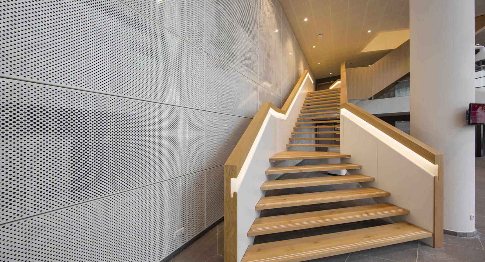 MD Designperforatie toegepast op de wand in de centrale hal van Heerema in Leiden