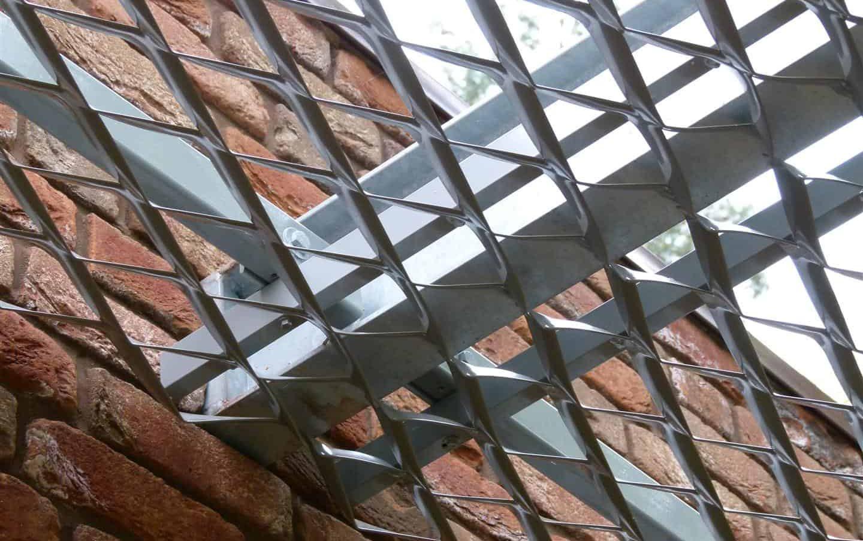Detail van de MD Strekmetaal luifel van Hotel Heppie in Mierlo