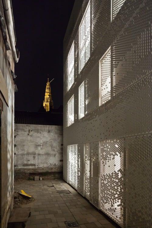 Close-up van de MD Formatura gevel in de avond bij de atelierwoning Tussen de Lakens in Amsterdam