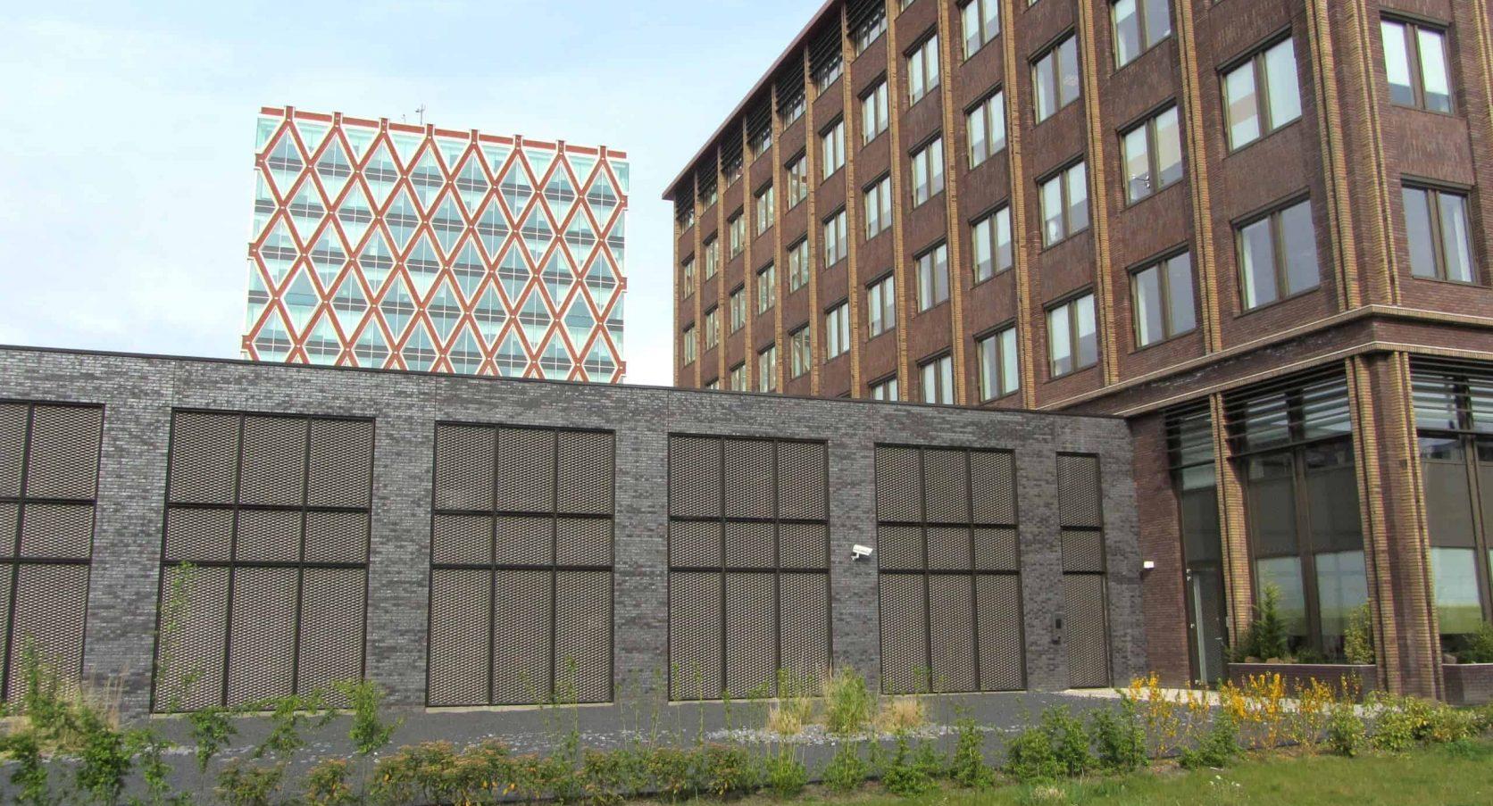 Vooraanzicht van de Parkeergarage Technolution in Gouda met een MD Strekmetaal gevel