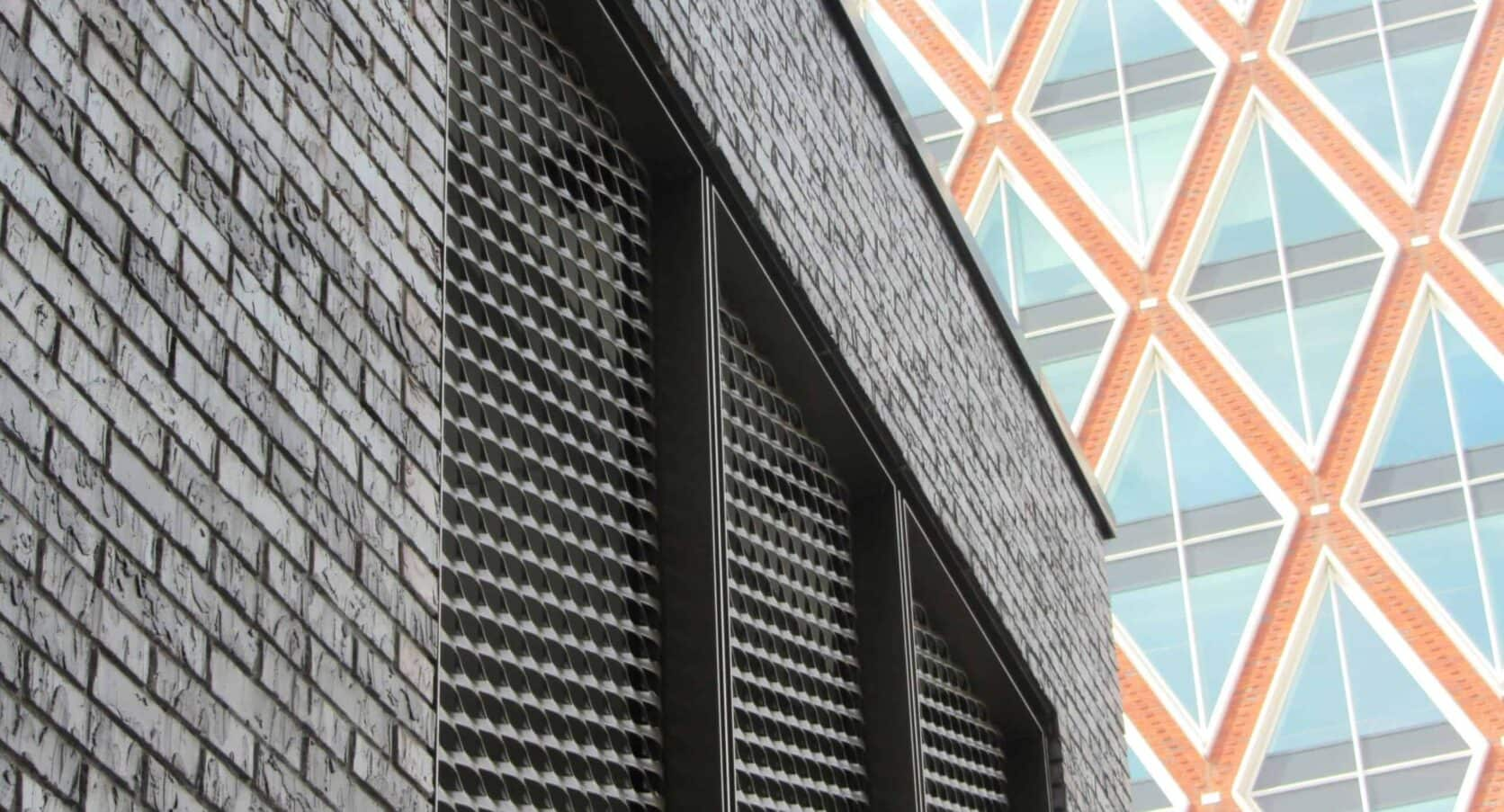 Details van de strekmetalen panelen van de toegangsdeuren van het Kantoor Technolution in Gouda