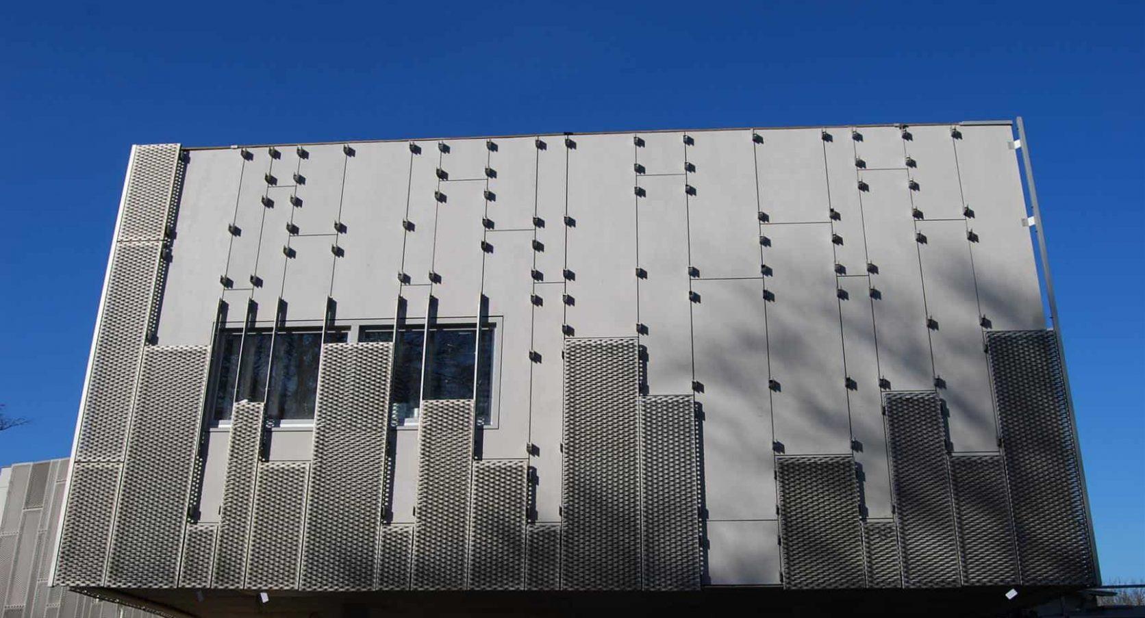 Zijaanzicht van de strekmetalen gevelbekleding van de Nieuwe Ooster in Amsterdam