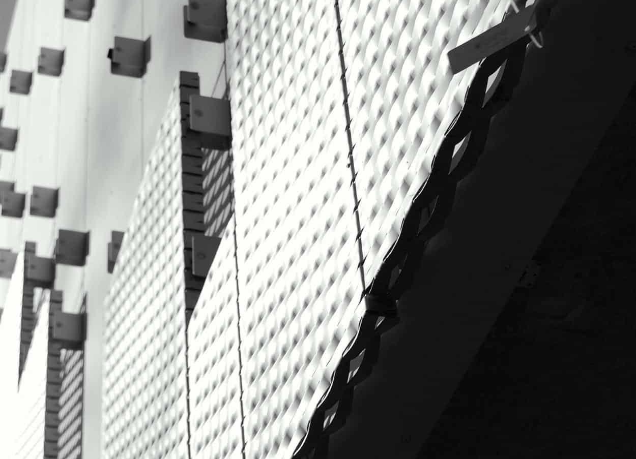 Detail van de MD Strekmetaal gevelbekleding bij de Nieuwe Ooster in Amsterdam
