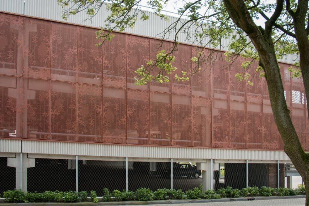 Fraai patroon in de gevelbekleding van Parkeergarage Diakonessenhuis in Utrecht