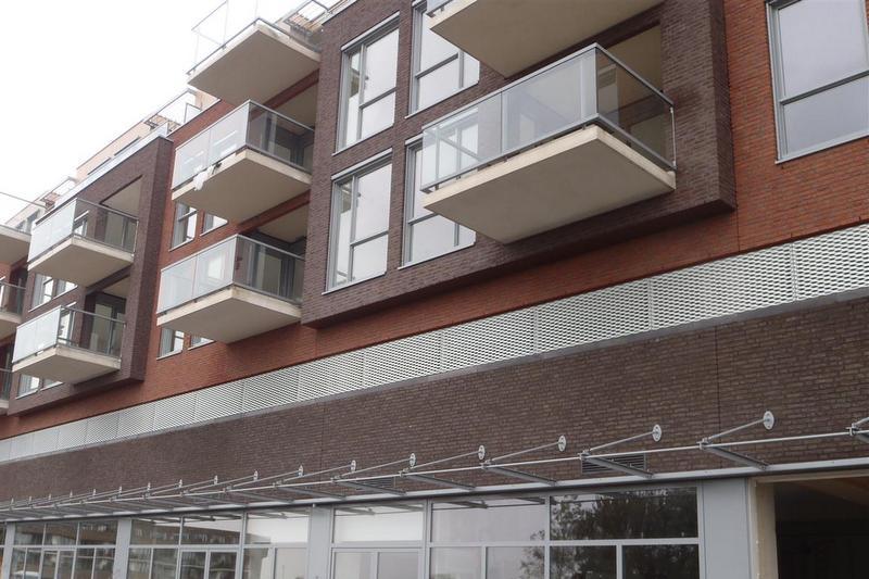 Close-up van de MD Strekmetaal plint Appartementencomplex Portage in Zaltbommel, zorgt voor ventilatie en daglicht rondom het garagedek