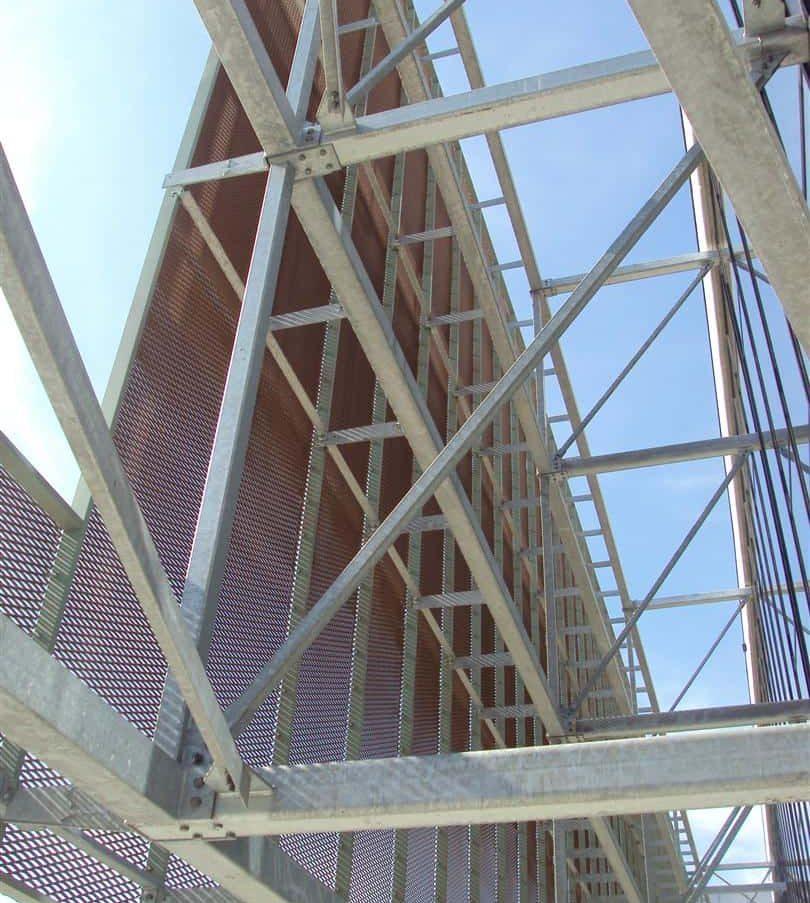 Constructie van de strekmetalen gevelbekleding bij Cultureel Centrum in Ieper te België