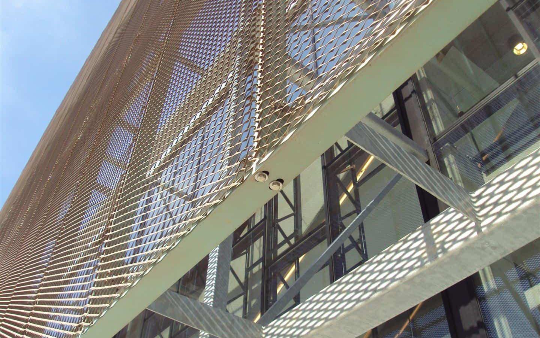 Detail van de MD Strekmetaal gevelpanelen van het Cultureel Centrum in Ieper te België