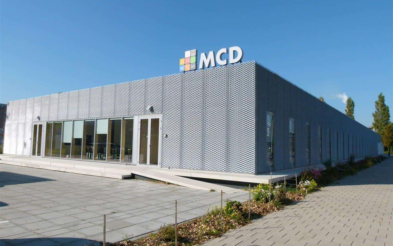 Vooraanzicht van de gevelbekleding van aliminium strekmetaal van het Medisch Centrum voor Dieren in Amsterdam