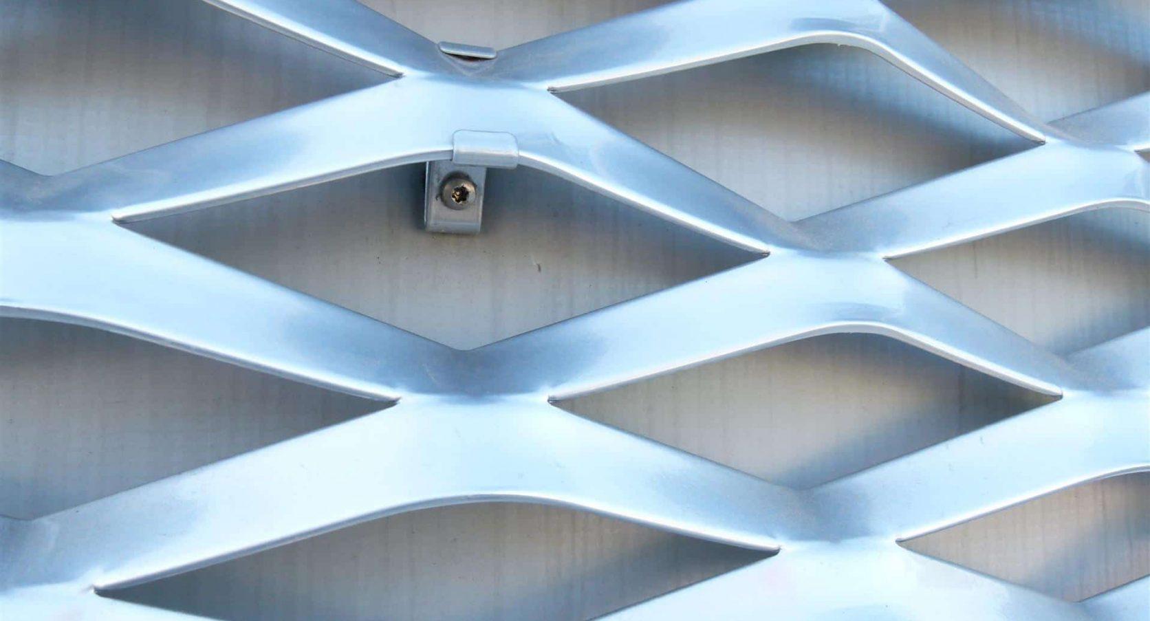 Detail van de MD Strekmetaal panelen en bevestiging van het Medisch Centrum voor Dieren in Amsterdam