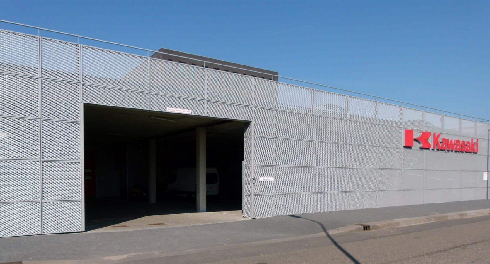 Ingang van MD Strekmetaal gevelbekleding bij de Parkeergarage Kawasaki in Hoofddorp