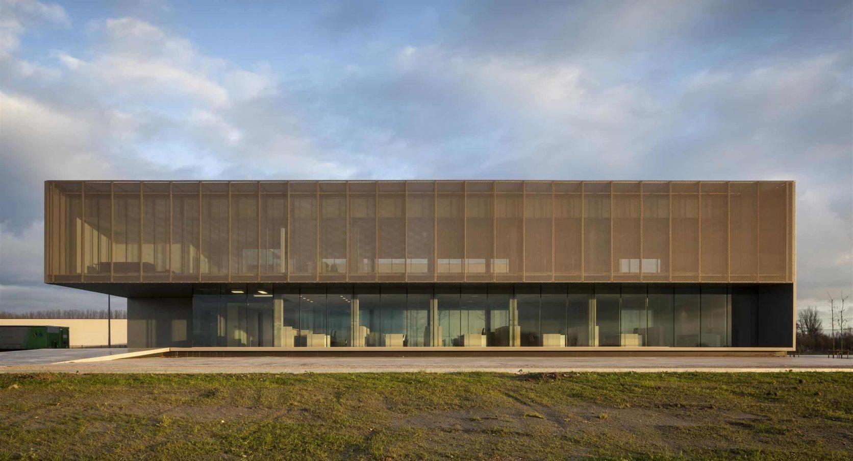 Vooraanzicht van het gebouw ROB in Ardooie België uitgerust met MD strekmetaal als zonwering