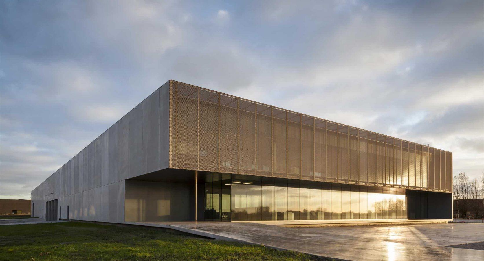Strekmetalen gevelbekleding van het gebouw ROB te Ardooie in België