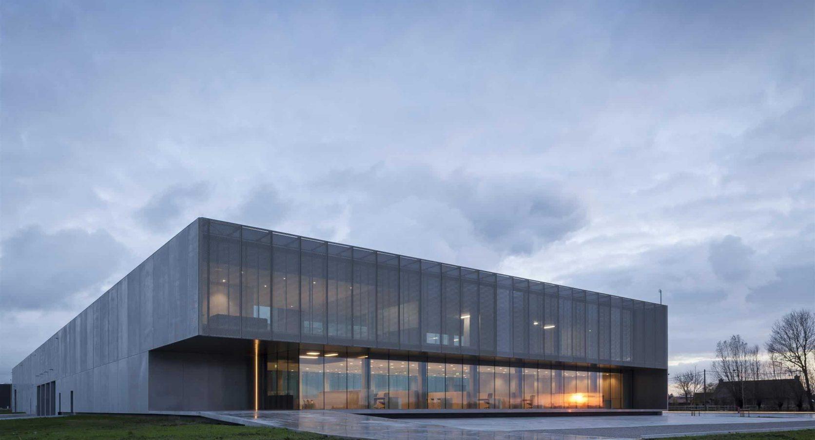 De voorkant van het gebouw ROB te Ardooie in België uitgerust met MD Strekmetaal gevelbekleding